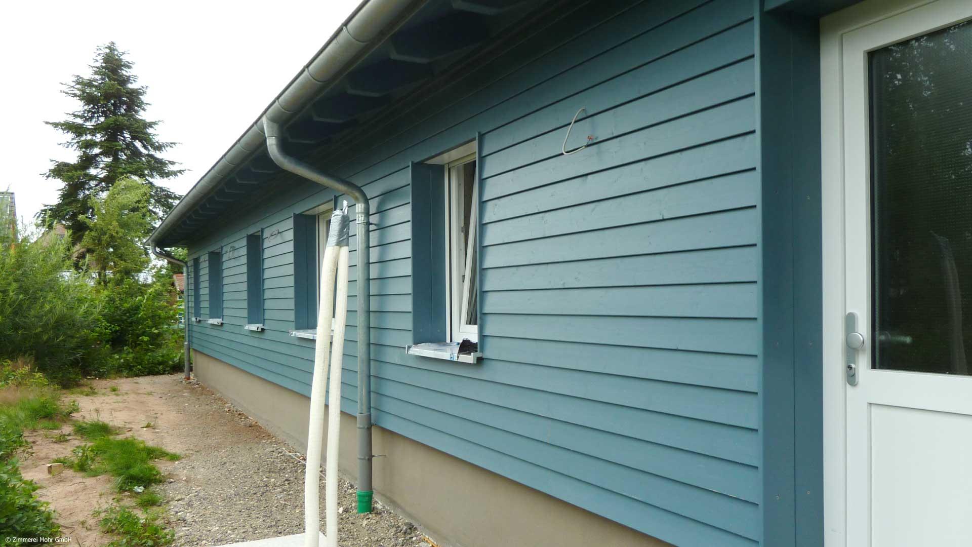 Bungalow SCANDI – blau lasierte Holzfassade als Stülpschalung